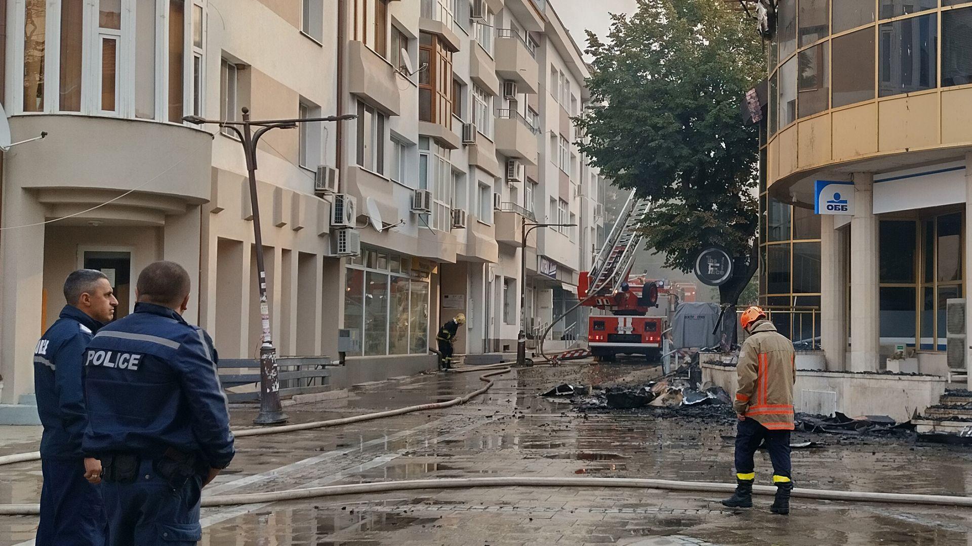 """Овладяха пожара на """"Купола"""" преди да стигне до жилищните сгради (видео)"""