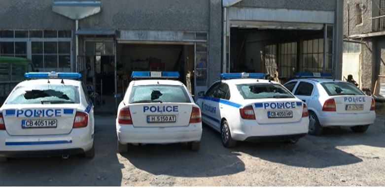 Заради глоби пиян мъж потроши стъклата на 4 патрулки в Шумен (Видео)