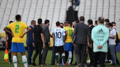 Полиция нахлу на терена и прекрати дербито Бразилия - Аржентина