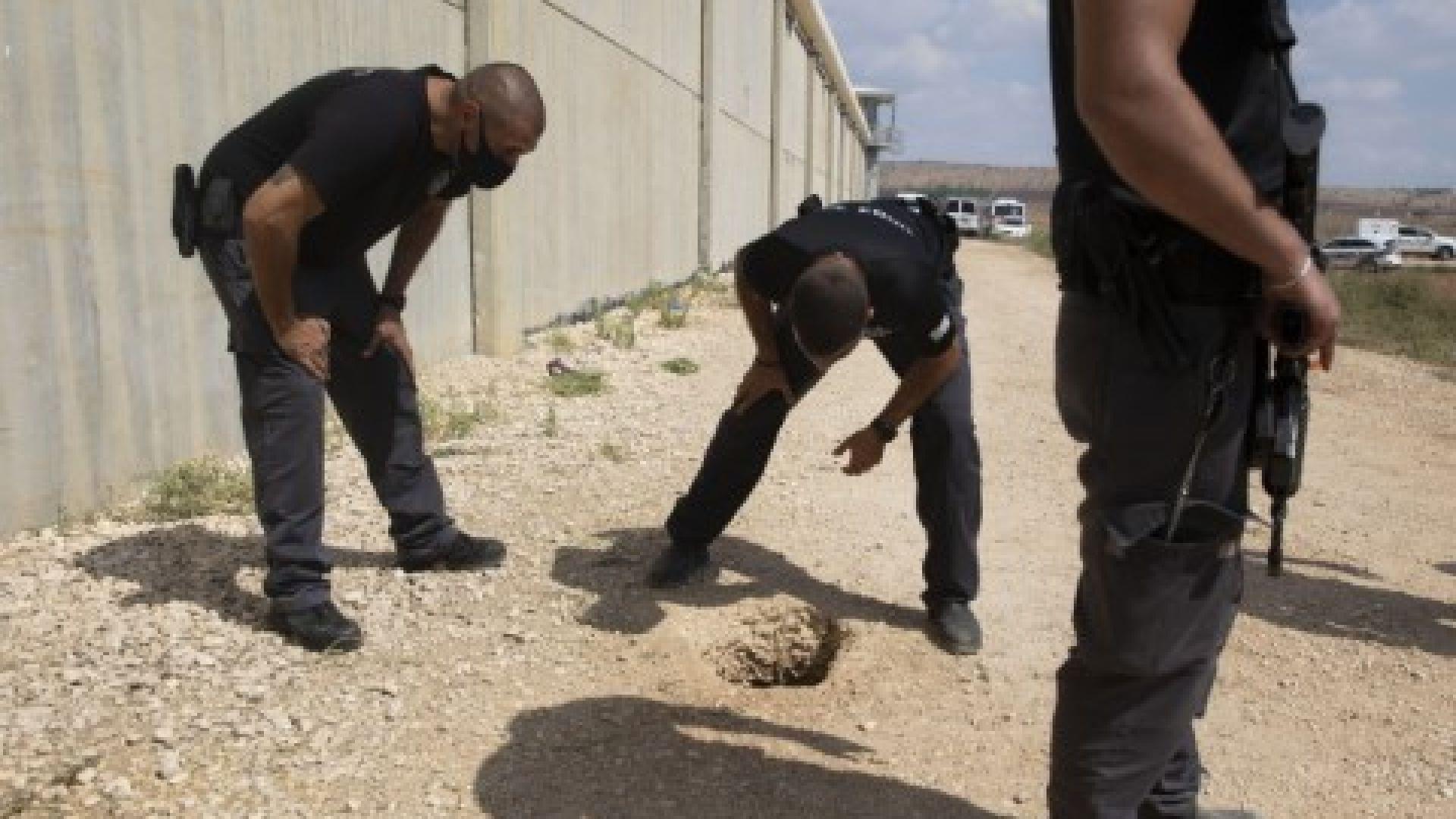 Полицаи оглеждат мястото на бягството извън затвора Гилбоа в Северен Израел, понеделник, 6 септември 2021 г.