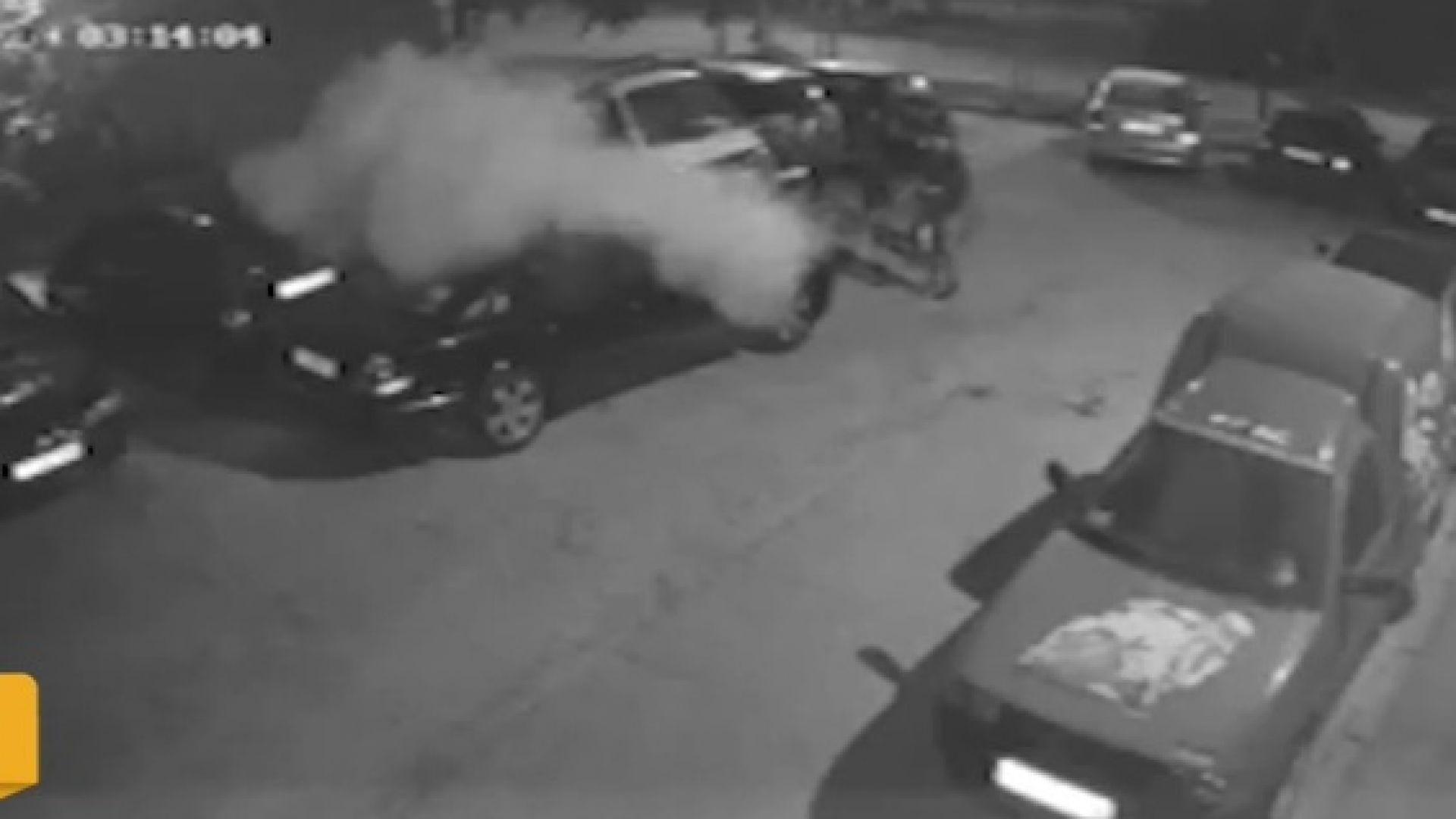 Вандали пръскат коли с прахов пожарогасител в центъра на Русе (видео)