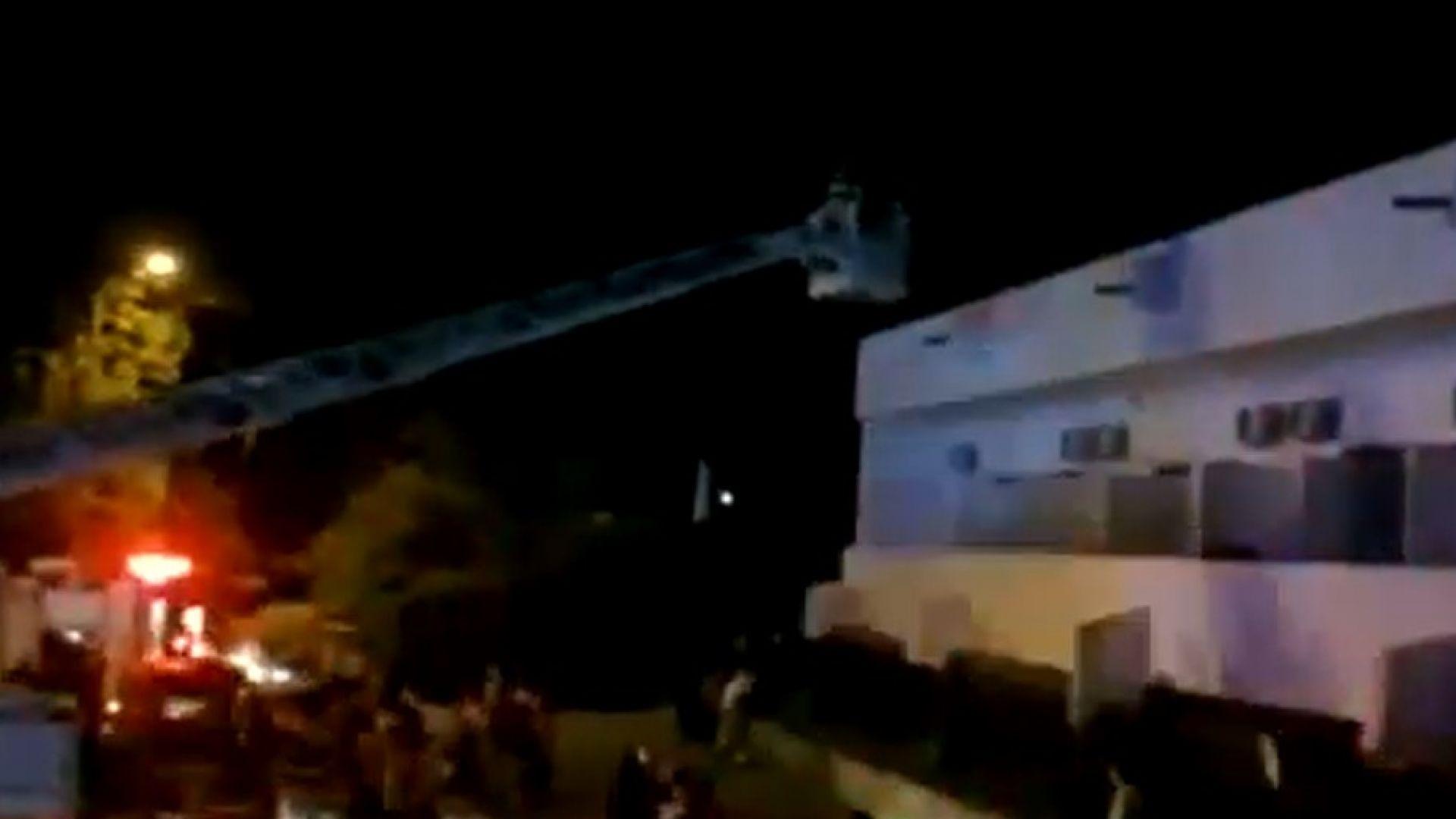 Пожар в румънски хотел на Черно море, свалят гости с вишка от покрива (видео)