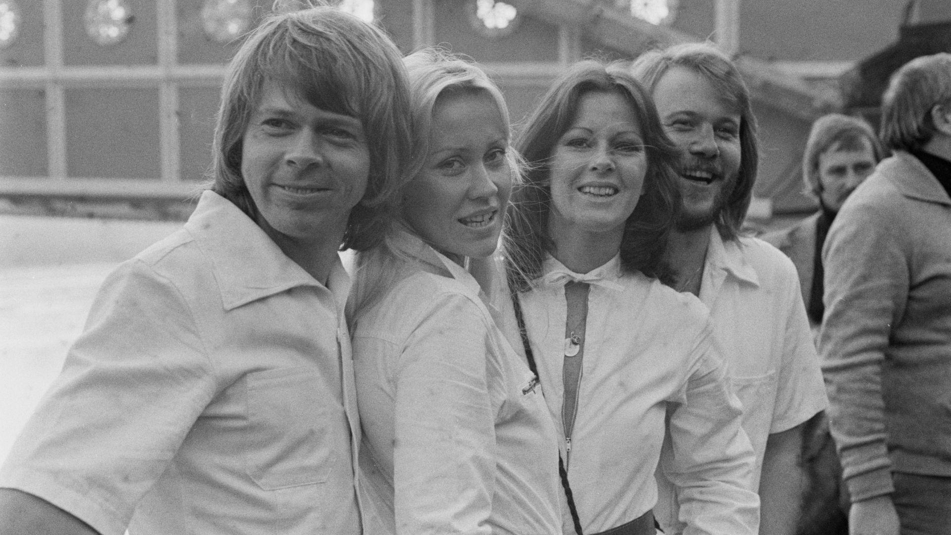 ABBA излизат на сцена като холограми на младите Бьорн, Бени, Агнета и Фрида