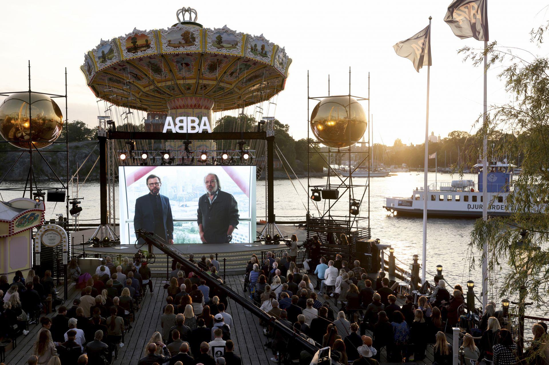 Почитатели гледаха в Стокхолм, на голям екран интервюто, което Бени и Бьорн дадоха за лондонски медии по случай новия албум