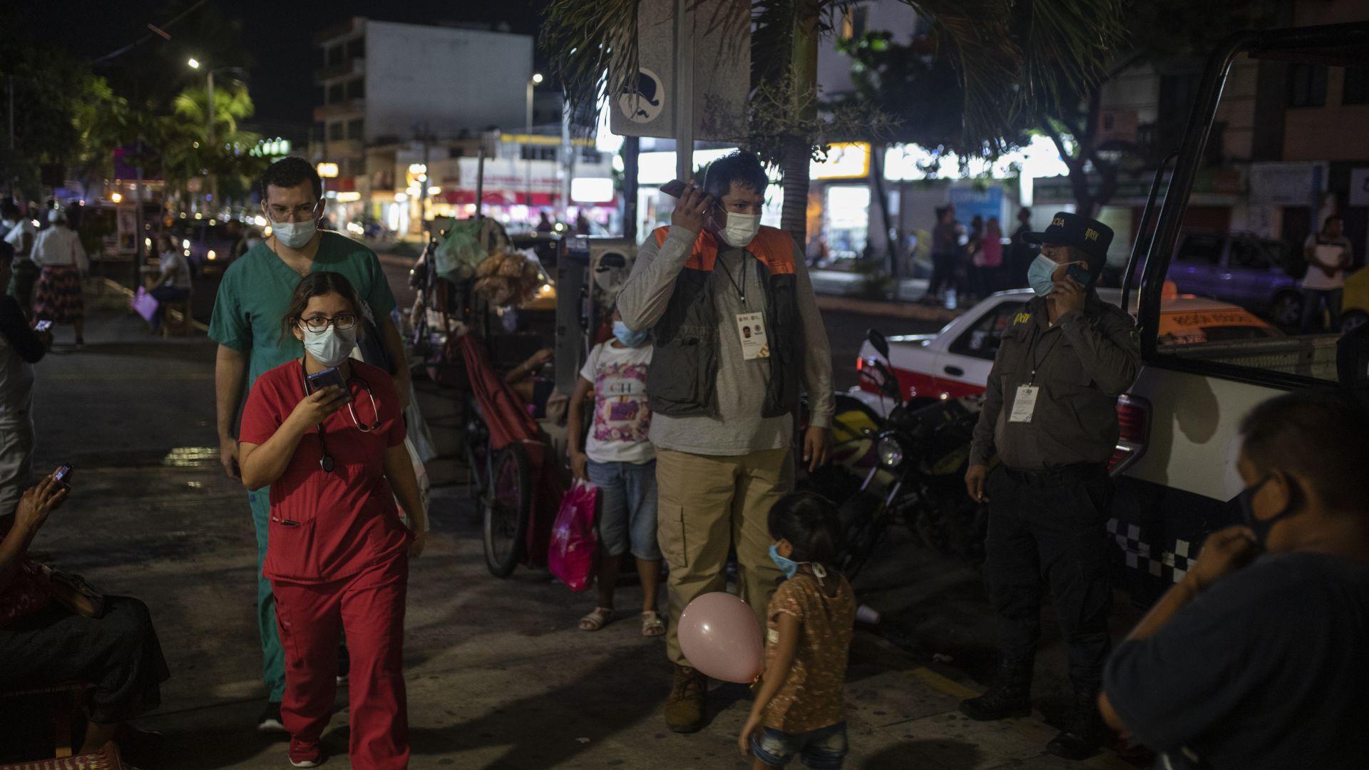 Трус и потоп в Мексико: 7,4 разтърси Акапулко, порои убиха 17 пациенти в болница (снимки/видео)