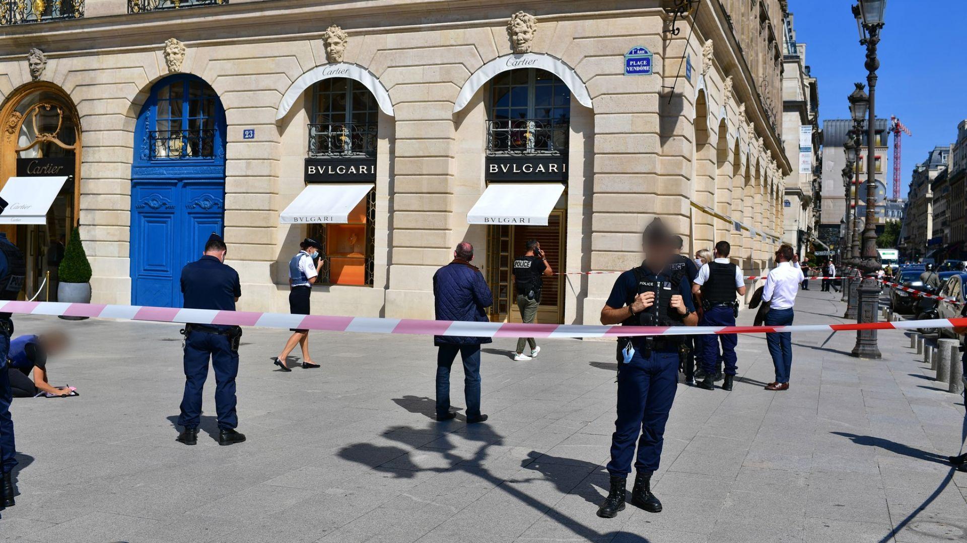 Въоръжен обир на бижута за милиони, гонка и стрелба в сърцето на Париж (видео)