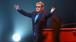 Елтън Джон оглави британската класация за сингли за първи път от 16 г.