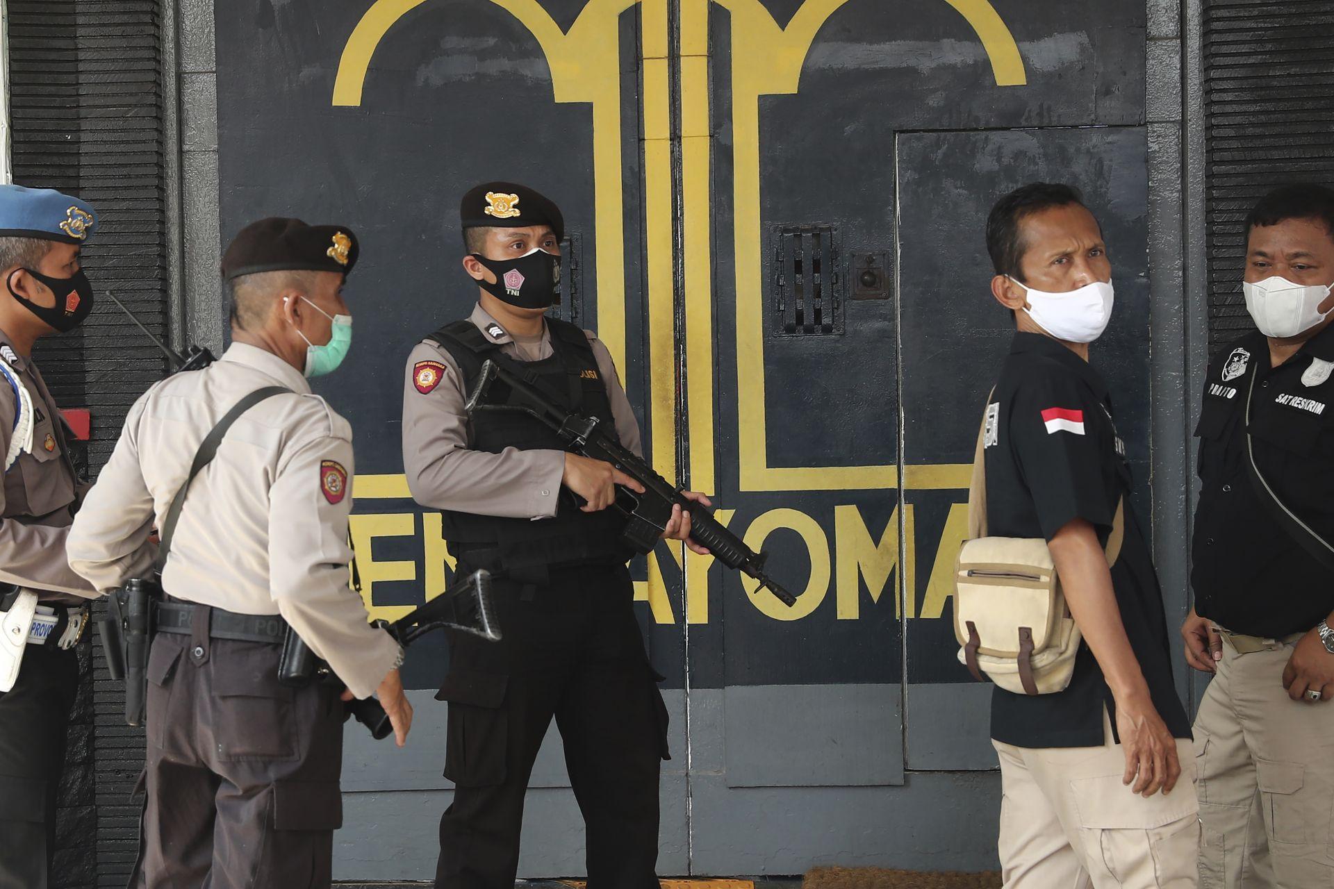 Служители и полицаи охраняват главната входна врата на затвора Тангеранг