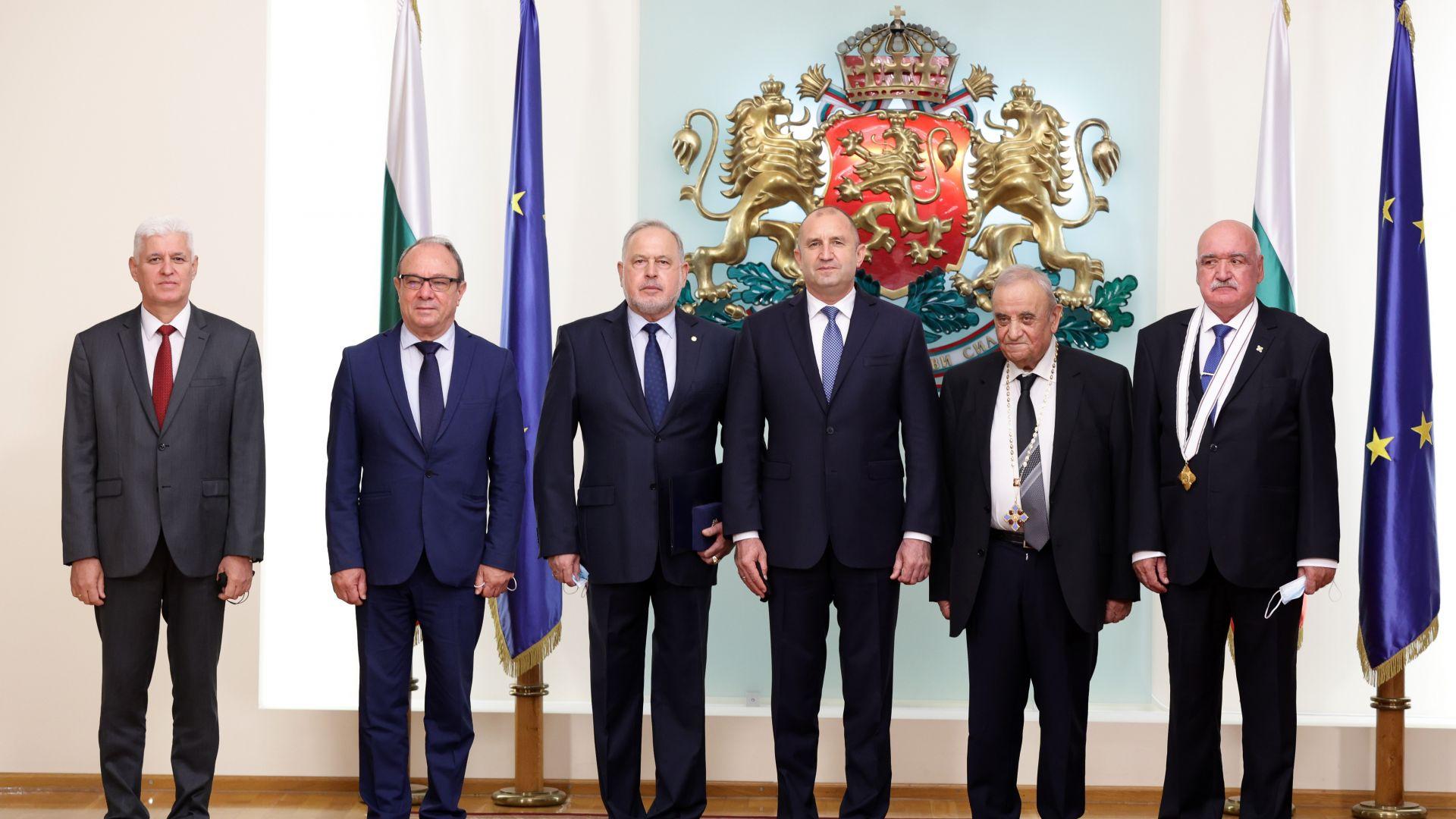 Президентът раздаде отличия за заслуги в медицината, ИТ и отбраната (снимки)