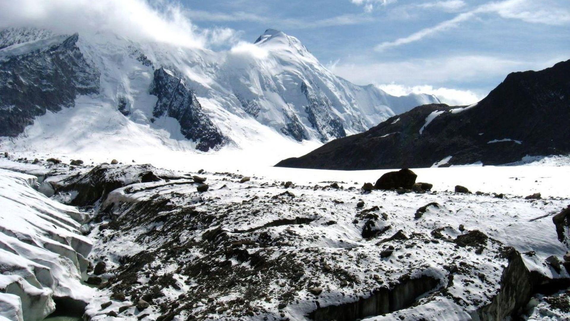"""Покриват гигантски глетчер в Швейцария с """"одеяло"""", за да не се топи"""