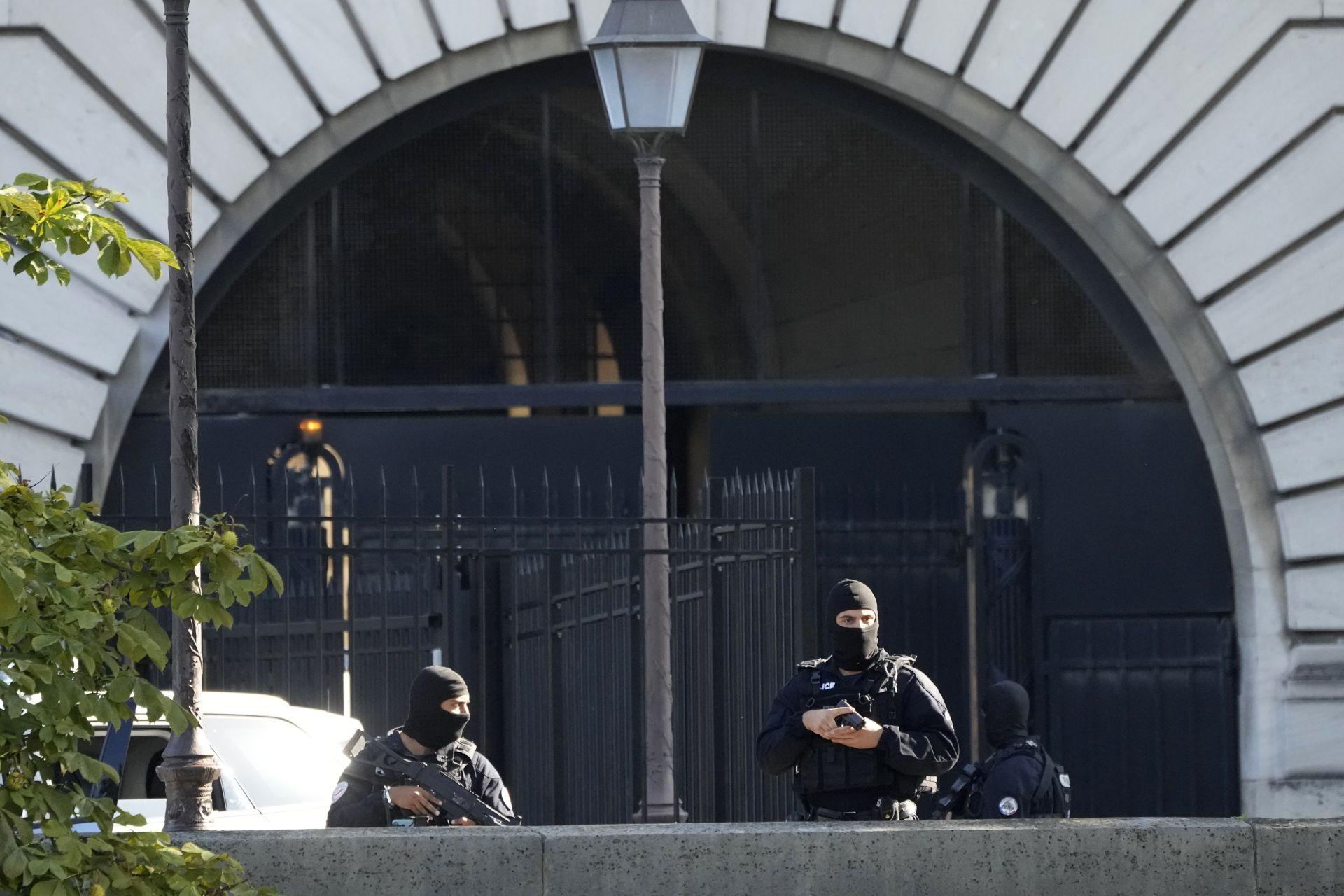 Силите за сигурност охраняват входа на Двореца на правосъдието в сряда