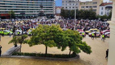 Протестът срещу covid мерките блокира центъра на София и изгони политиците (снимки)