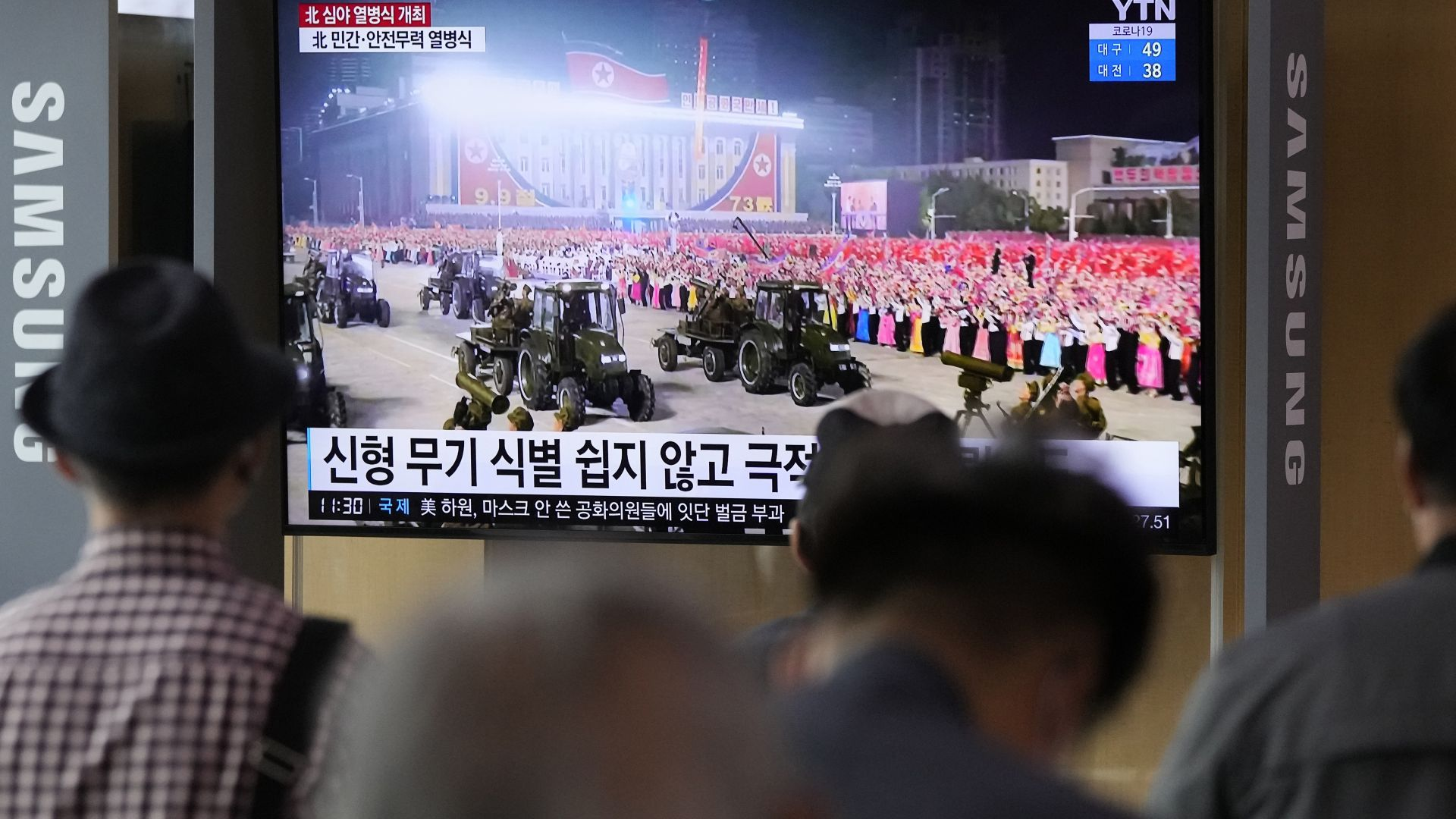 Северна Корея проведе среднощен военен парад (снимки)