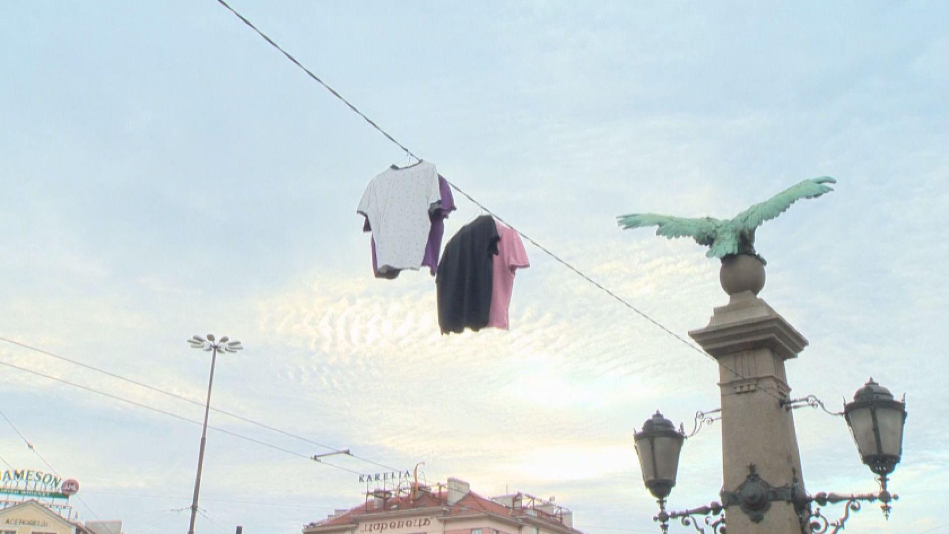 """Кабел на """"Орлов мост"""" се превърна в простор за дрехи"""