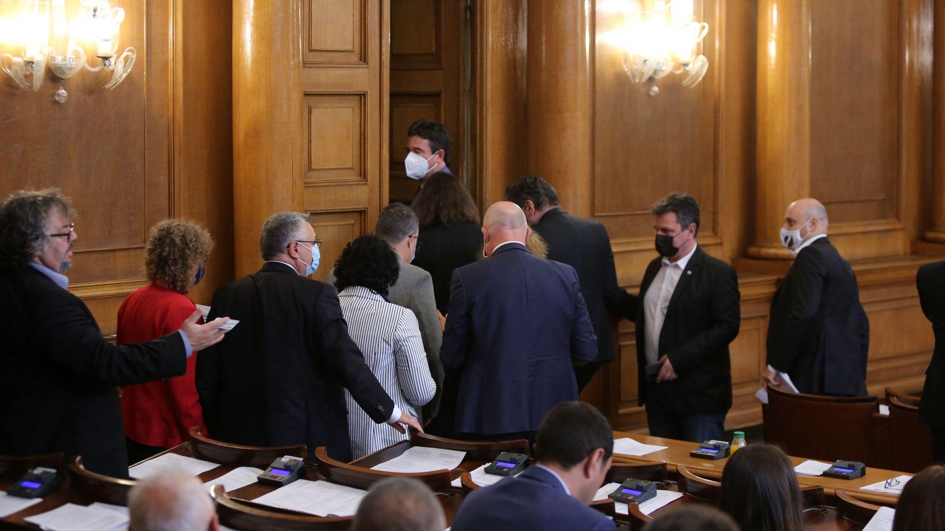 """9 септември скара депутатите: От """"покаяние"""" до """"деца на номенклатурата"""", ДБ напусна залата"""