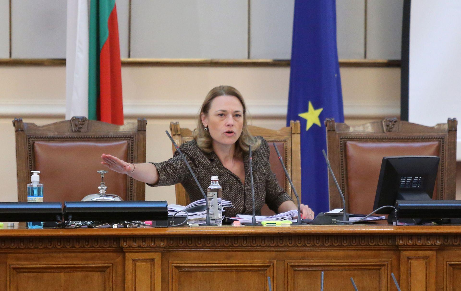 Председателят на парламента неуспешно се опита да поведе заседанието на депутатите по заложения дневен ред. И след близо 30 минути караници успя