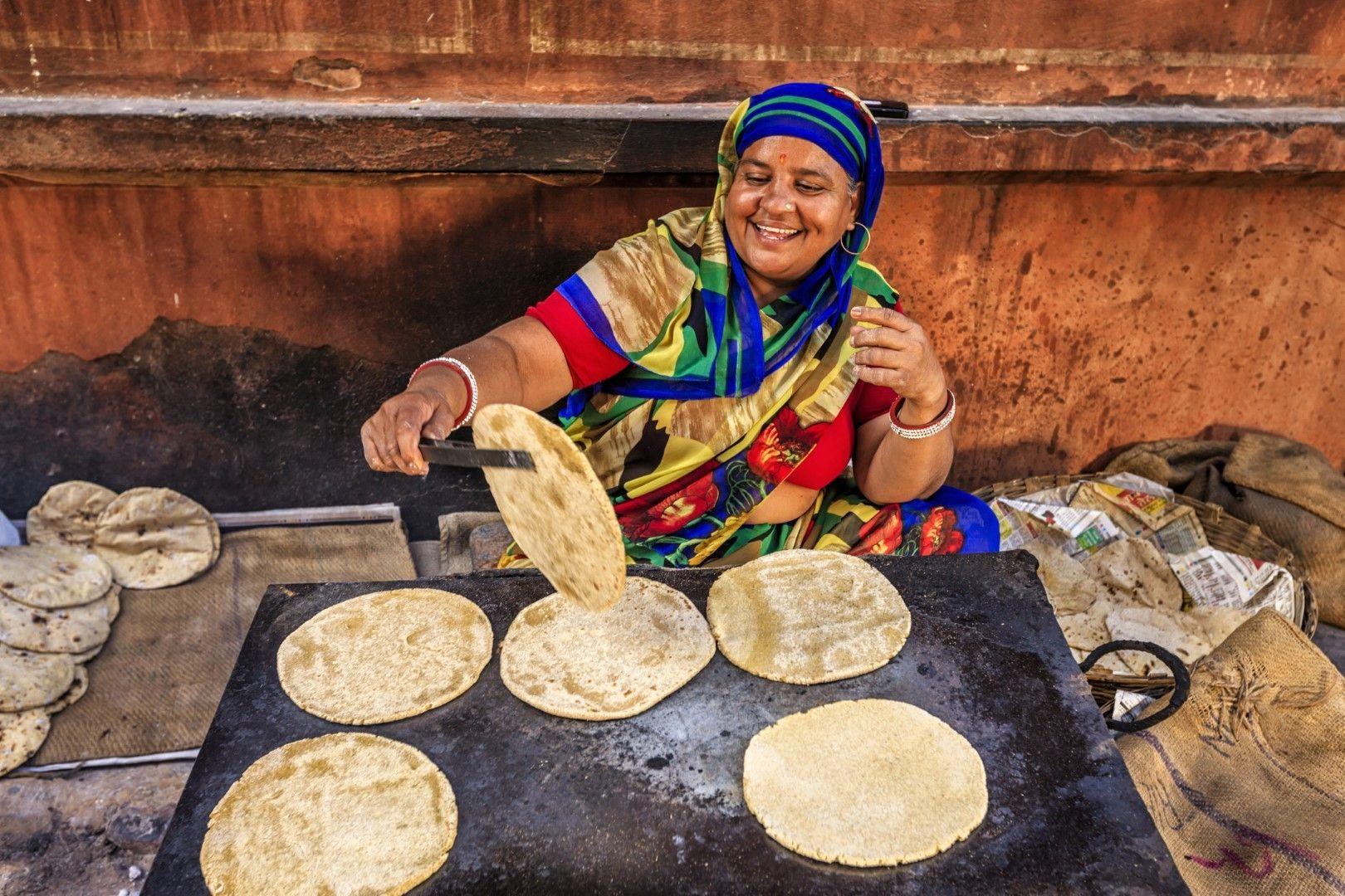 Жена приготвя чапати на улицата в Джайпур