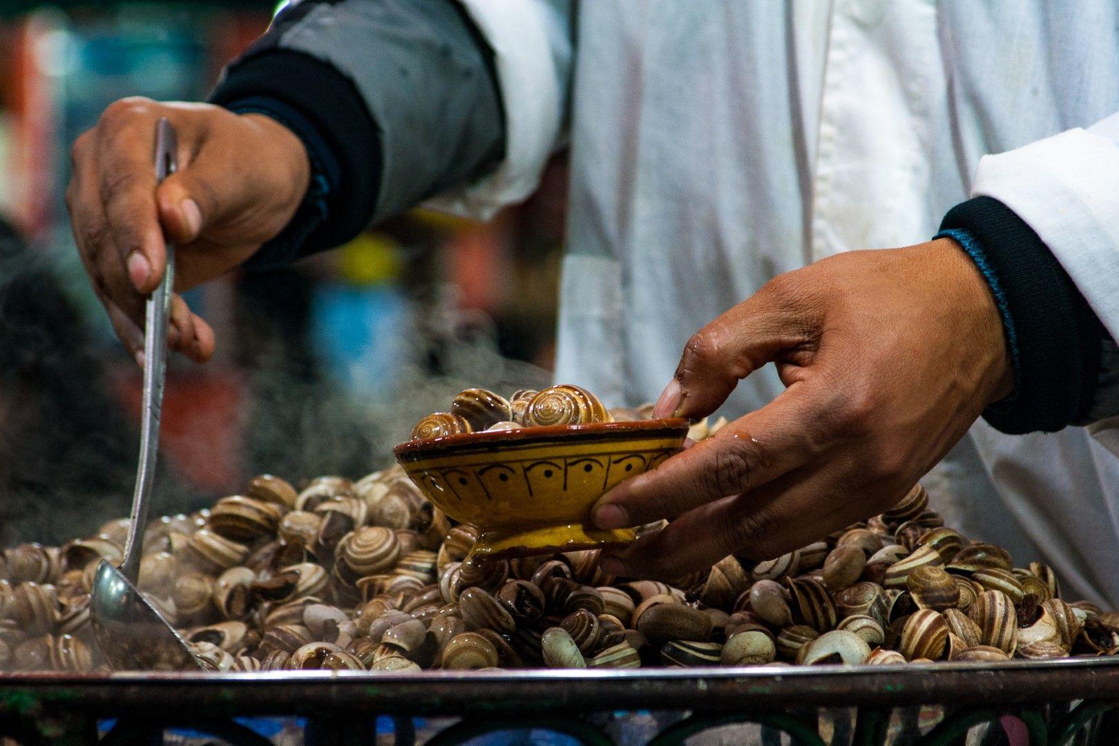 Порция варени охлюви на пазара в Маракеш