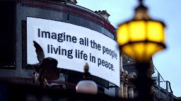 """Текст от песента """"Imagine"""" беше прожектиран върху сгради по цял свят за 50-годишнината й"""