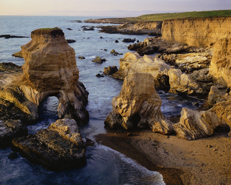 Нащърбени скали по крайбрежието на парка