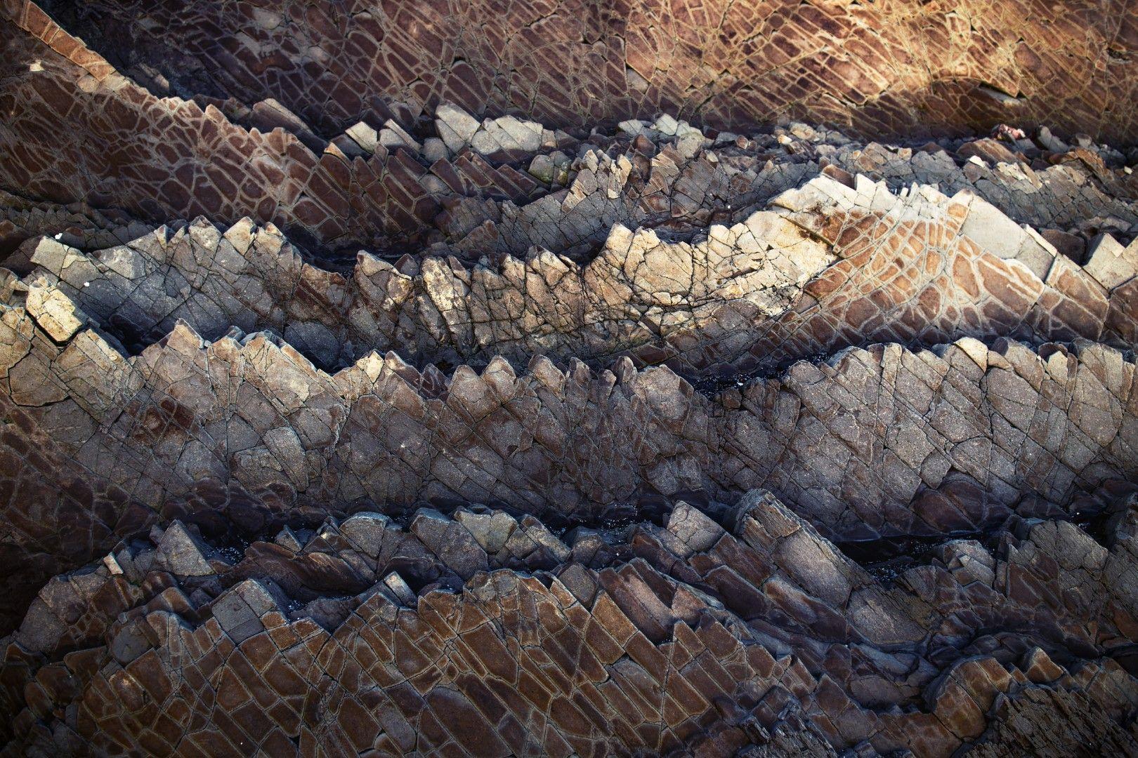 По залез скалите приличат на ценни метали