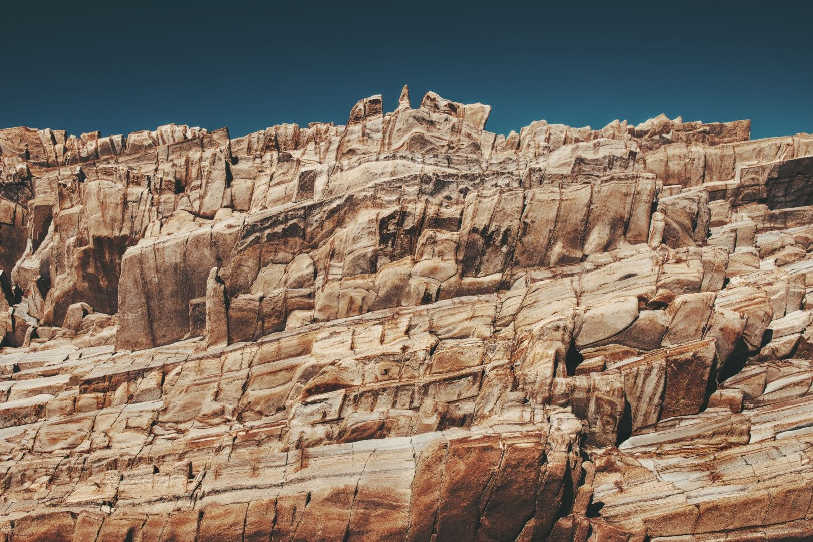 Скали с интересна форма по крайбрежието на Монатя де Оро