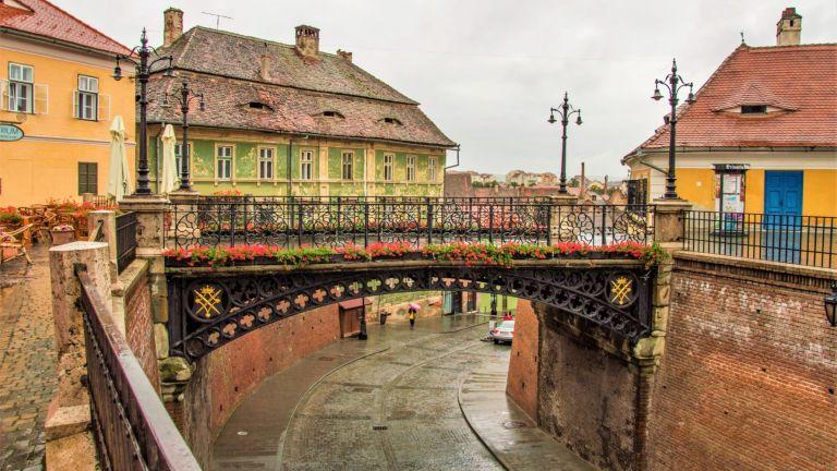 Мини, ако ти стиска: Мостът на лъжите вСибиу, Румъния