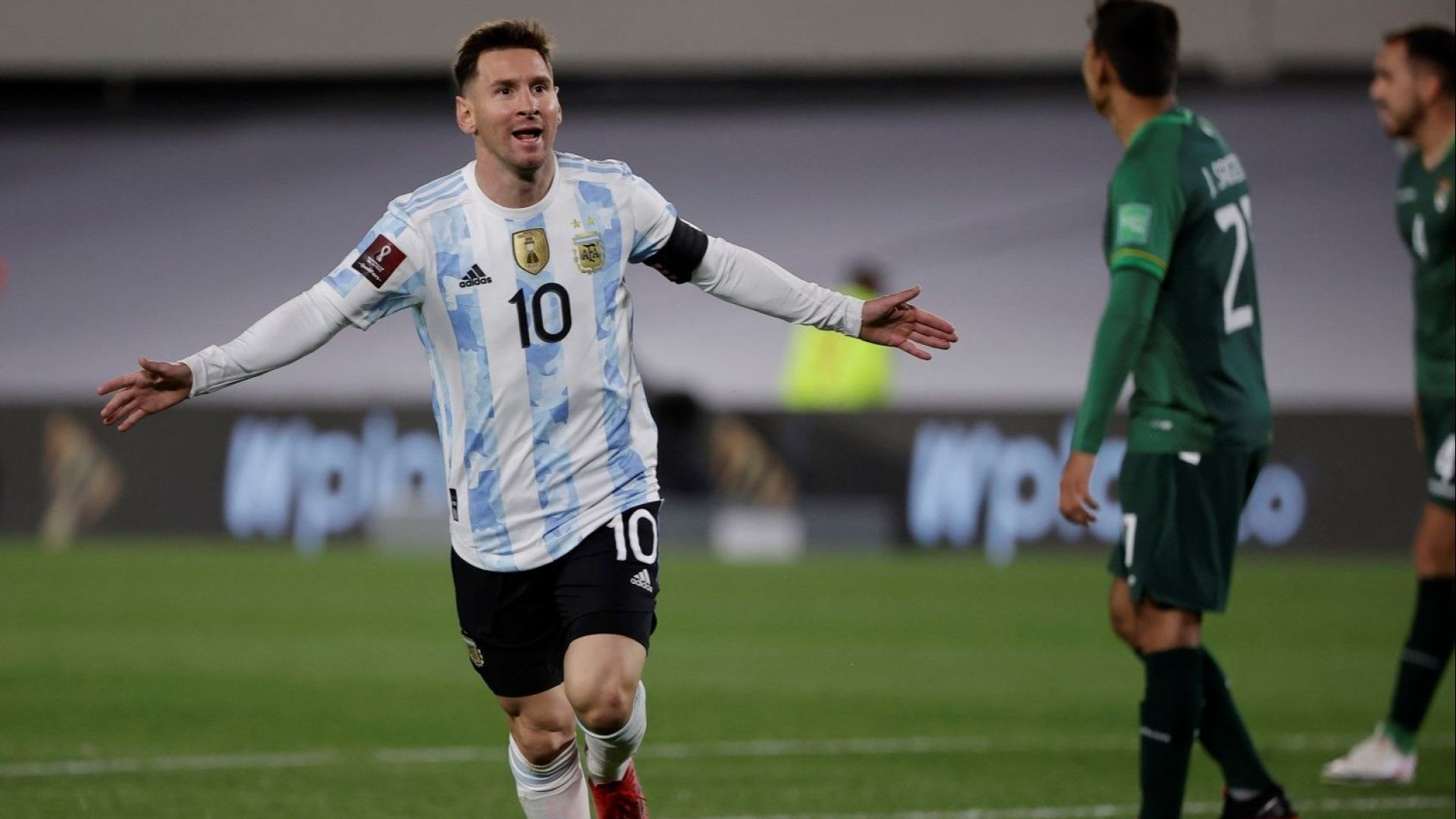 Магическа нощ в Буенос Айрес - Меси показа купата и надмина Пеле по голове