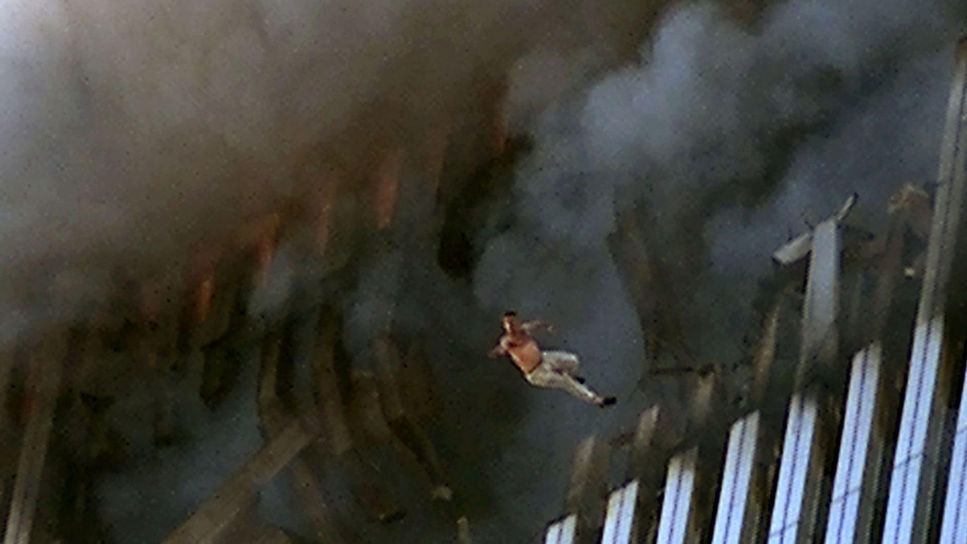 Мъж се обрича сам на смърт, скачайки от кулата след експлозията