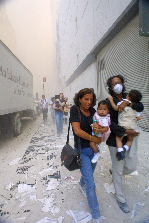 Жени и деца се евакуират след атентата