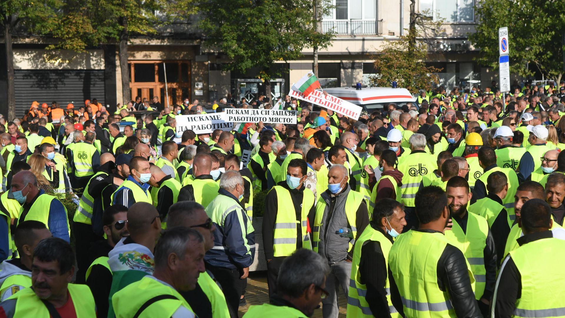 """""""Не сме политическа дъвка"""": И строители на протест пред Народното събрание (снимки)"""