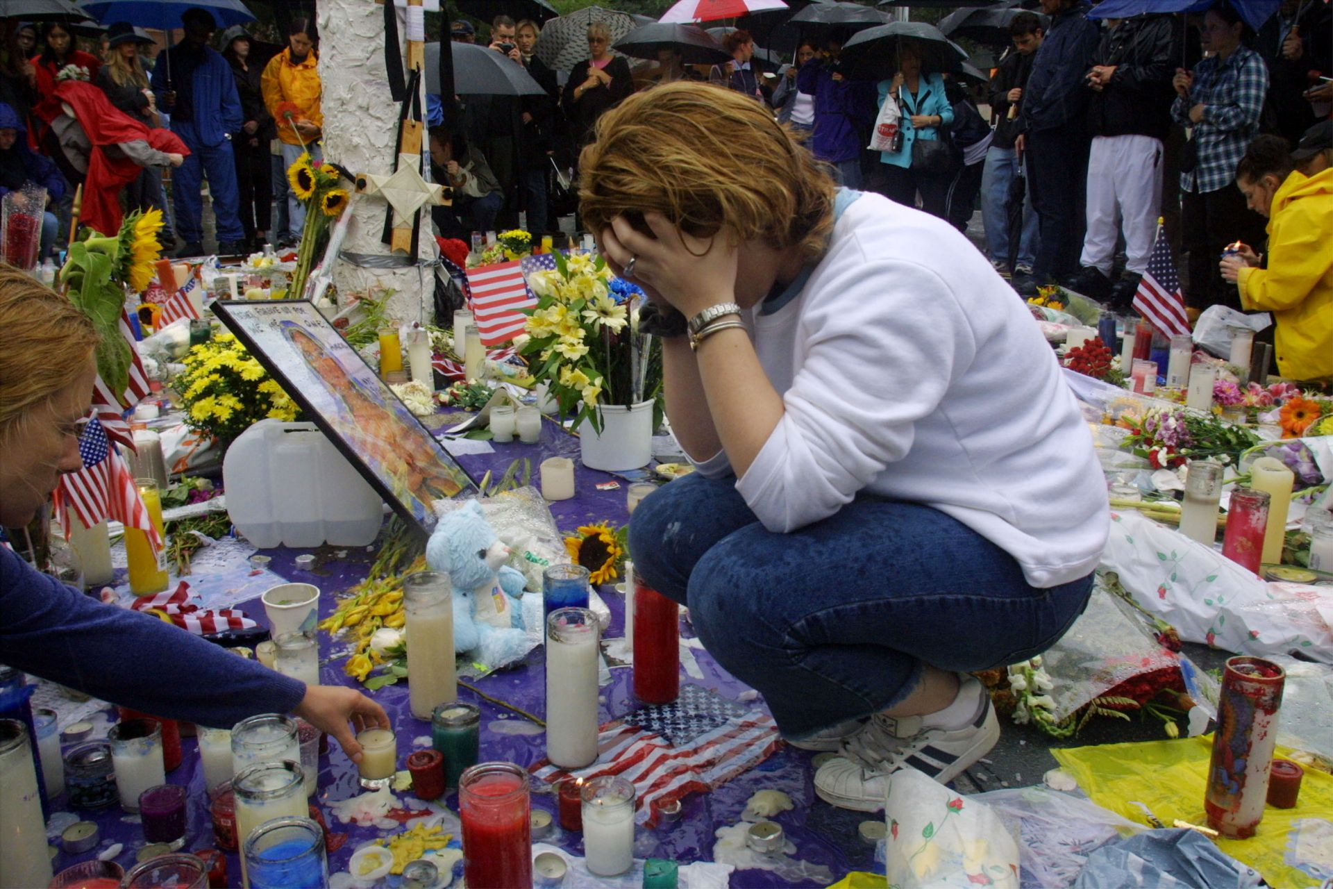 Тони Ан Коста оплаква жертвите на мемориал в Union Square Park в Ню Йорк