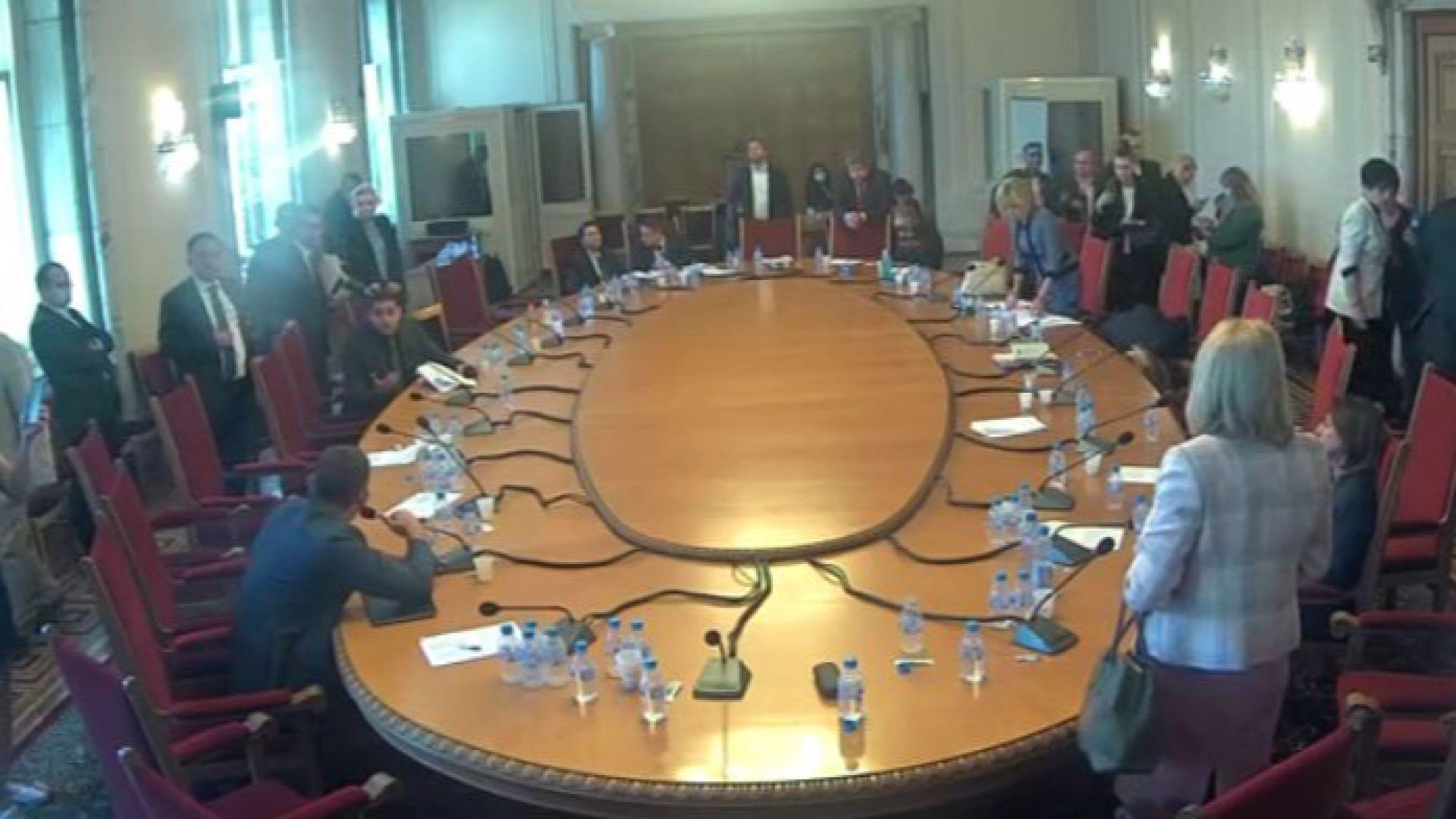 Правната комисия в парламента гласува закриването на Спецсъда и Спецпрокуратурата
