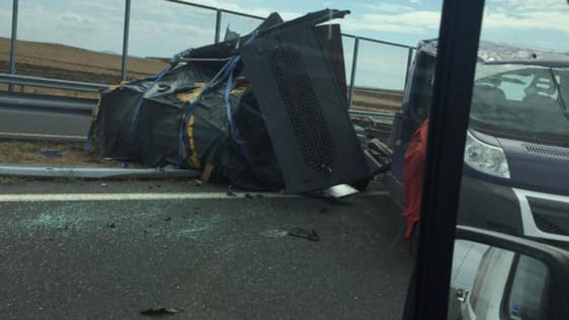 """Сблъсък на два буса затрудни трафика на магистрала """"Тракия"""" край Ямбол"""
