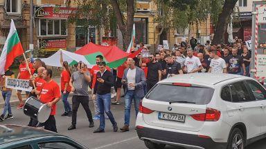 """Гневни ресторантьори блокираха центъра на Кърджали и трафика към """"Маказа"""" (снимки)"""