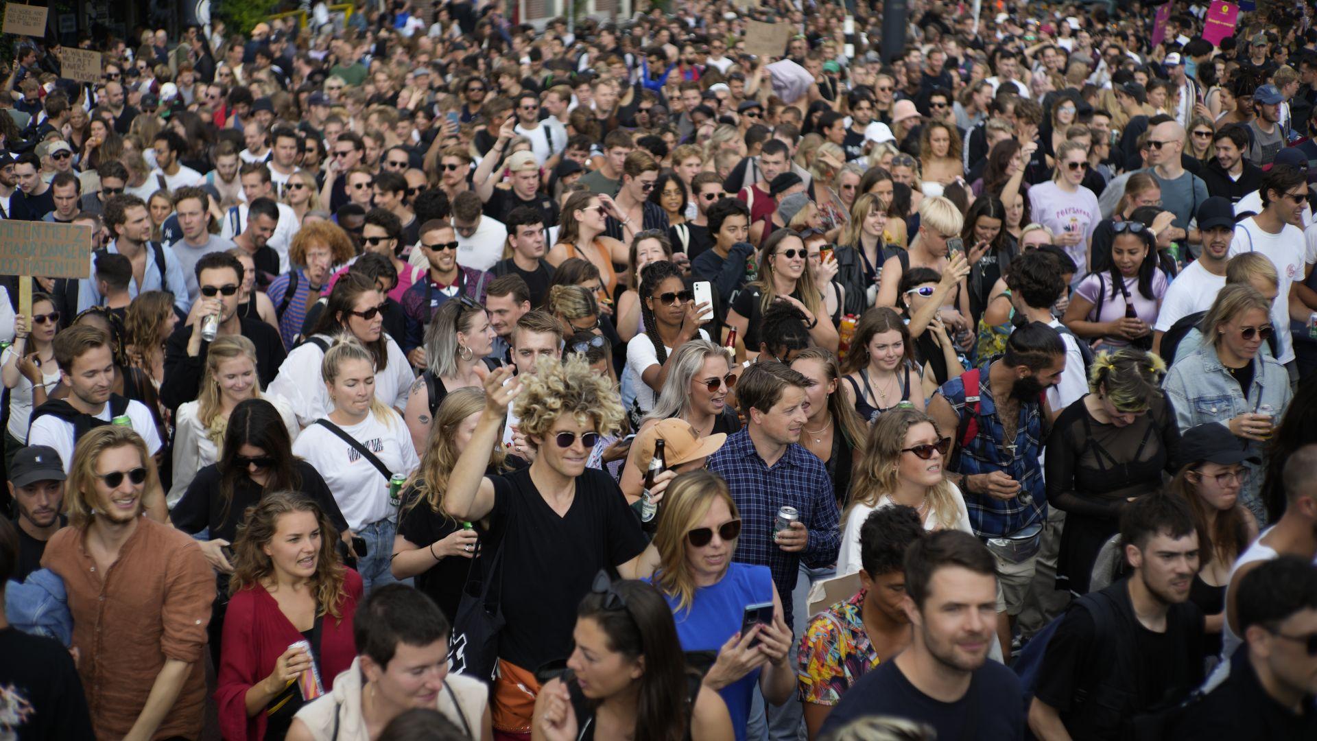 Десетки хиляди протестираха срещу COVID ограниченията в Недерландия и Австрия (снимки)