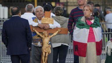 Папа Франциск на необичайно кратко посещение в Унгария (снимки)