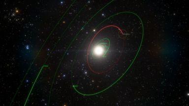 Астрономи заснеха Клеопатра - уникалния астероид, приличащ на кучешки кокал (видео)