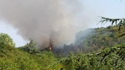 """Голям пожар бушува във варненския квартал """"Аспарухово"""", подозират малолетни за палежа"""