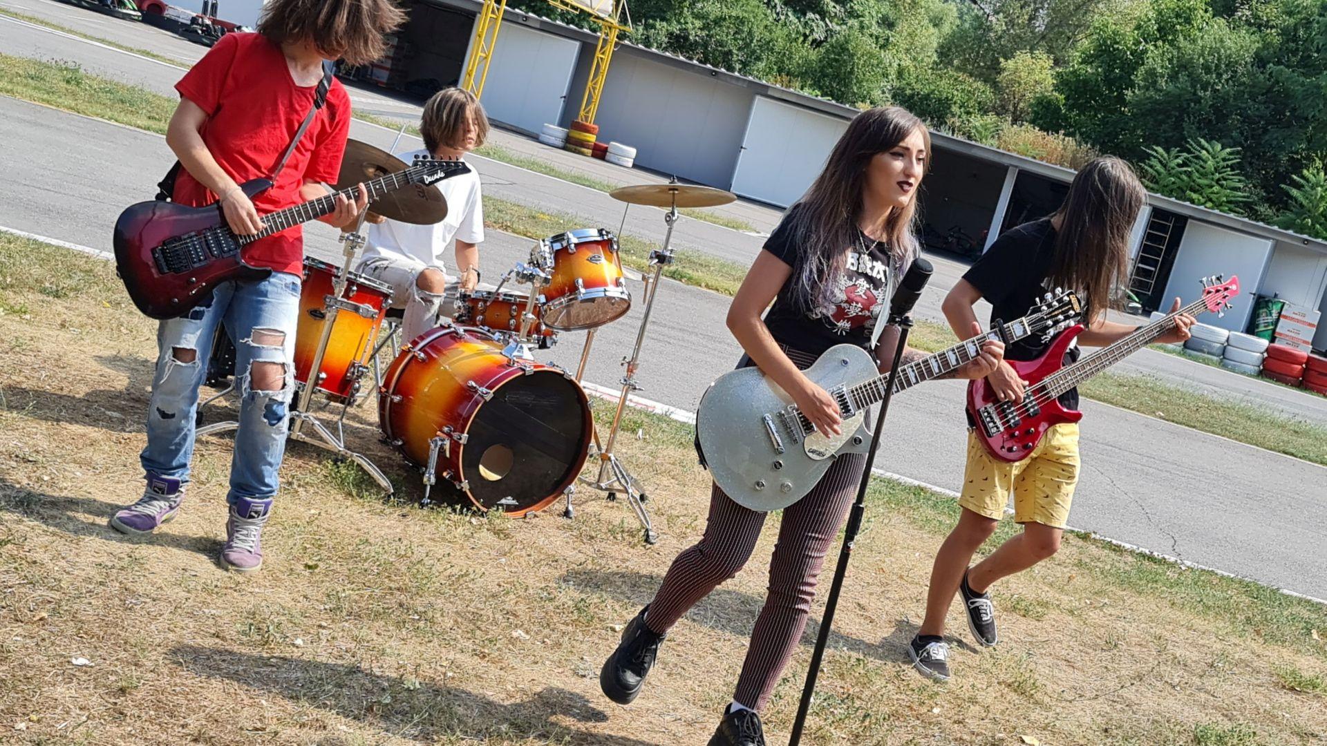 """Риа, дъщерята на Мери и Миро от """"Мери бойс бенд"""", с първо парче и клип"""