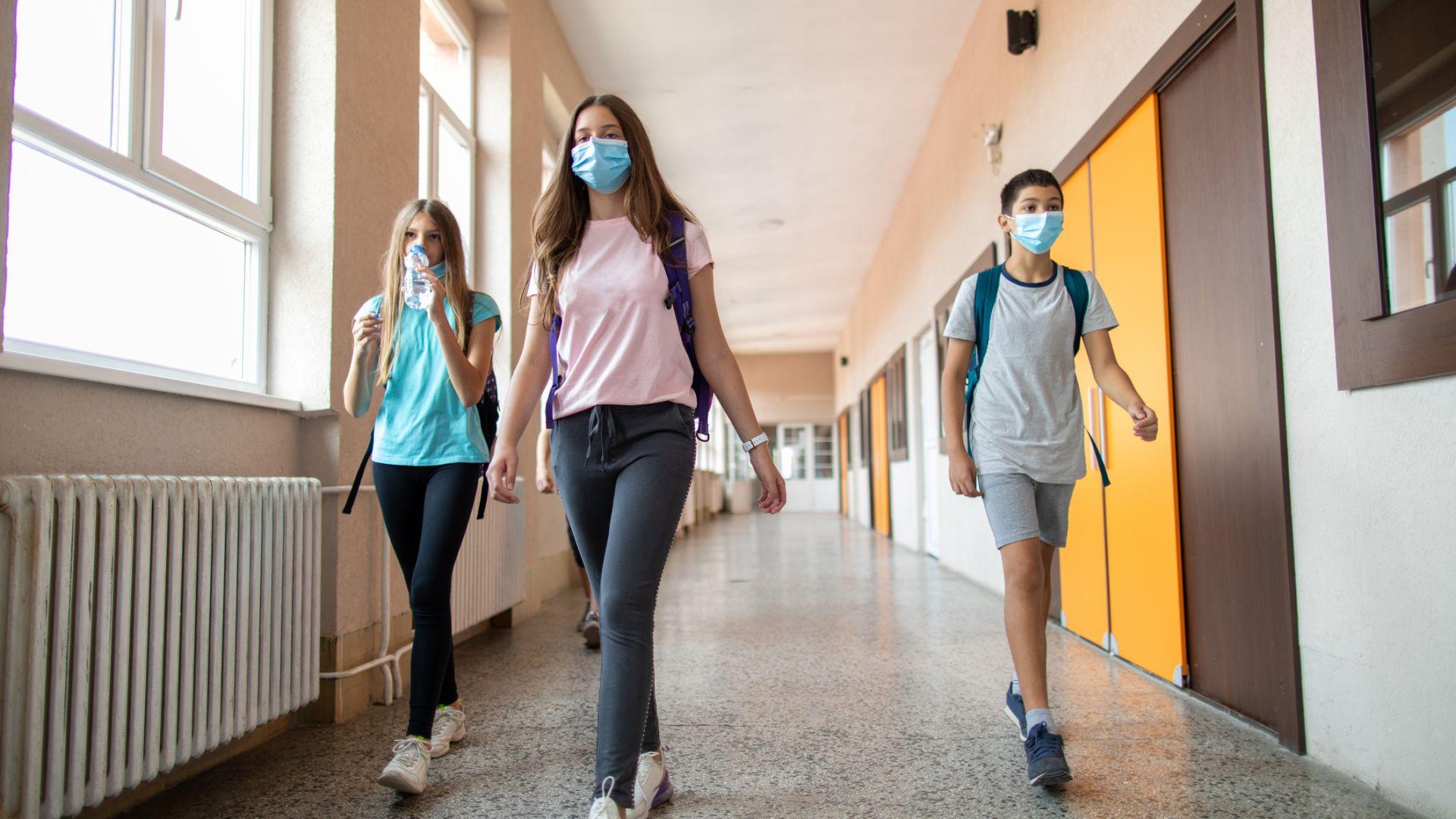 Под 1% от учителите и учениците са под карантина заради Covid-19