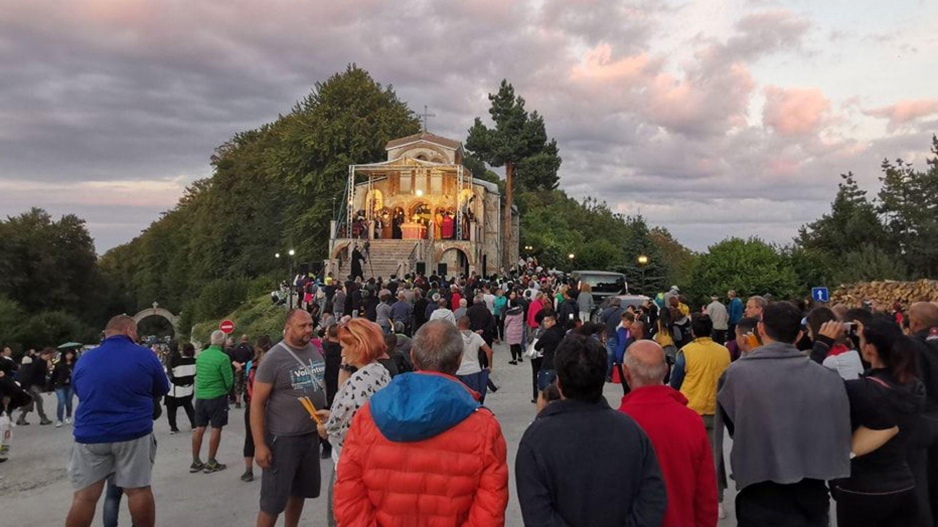 Стотици пренощуваха на Кръстова гора в молитва за чудо
