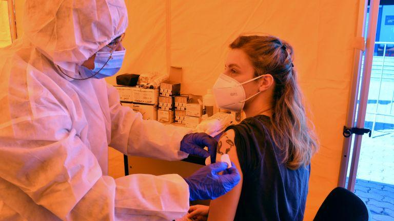 Няма пробив във ваксината при наличие на средно 2% починали