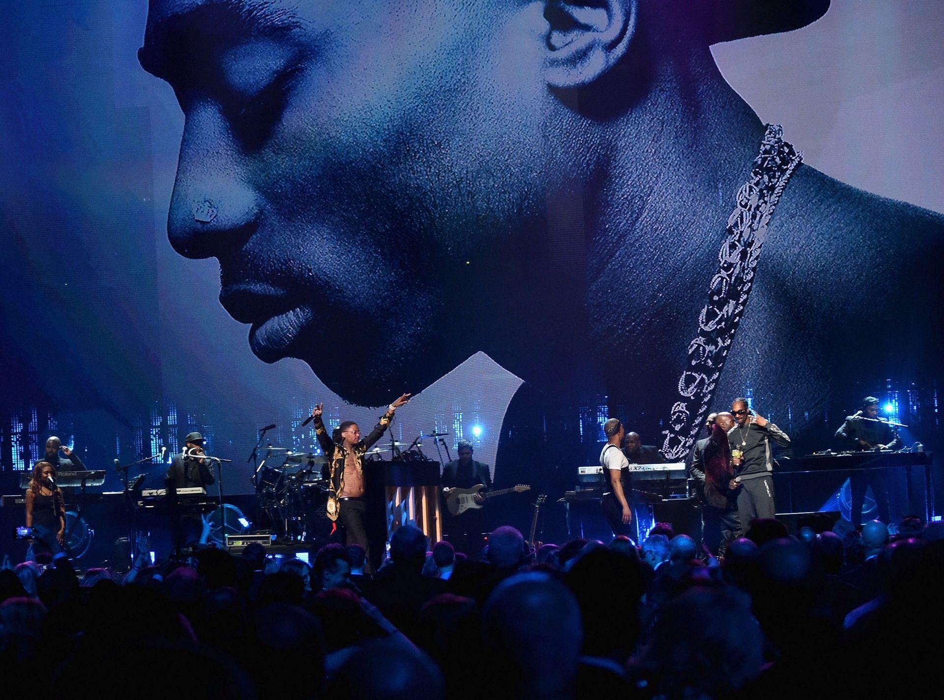 Снуп Дог рапира по време на церемонията за въвеждането на Тупак Залата на славата на рокендрола през 2017 г.
