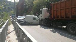Камион и две коли се удариха челно на пътя за Бачково