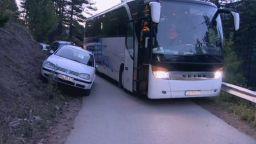 Инцидент с автобус задръсти пътя към Кръстова гора, няма пострадали