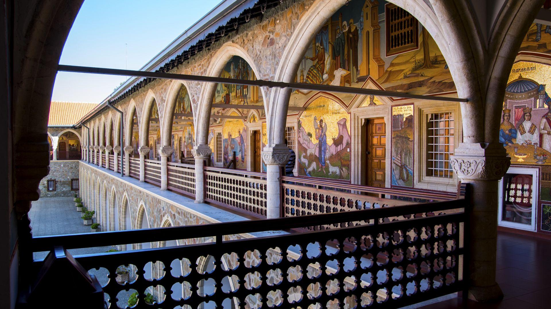 Без заплата за духовниците в Кипър, които проповядват против COVID ваксините