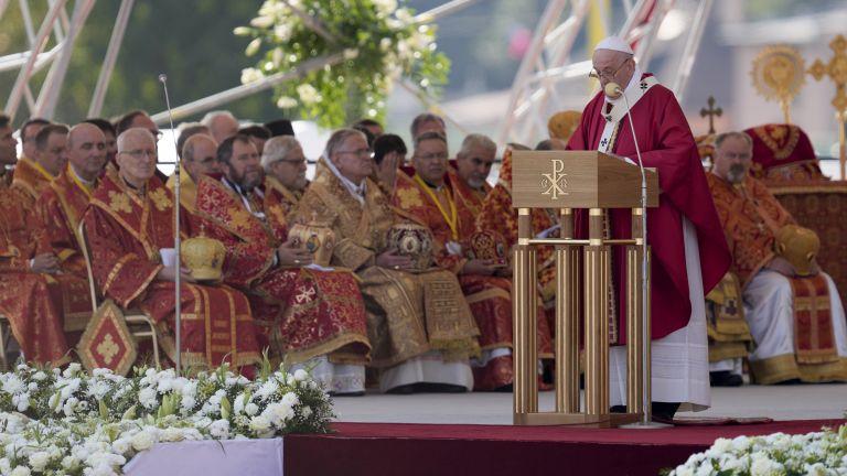 Папата се отправи към Източна Словакия за среща с най-бедните роми в страната (снимки)