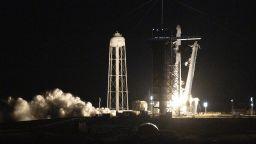 """""""Спейс Екс"""" изстреля първия изцяло цивилен екипаж в орбита (видео)"""