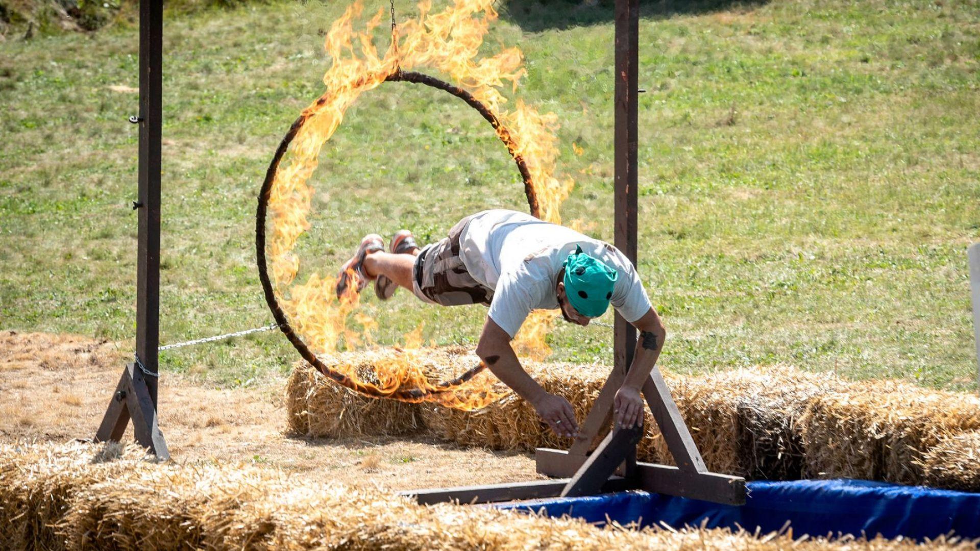 """Зрелище във """"Фермата""""! Мъже скачат през огнени обръчи"""